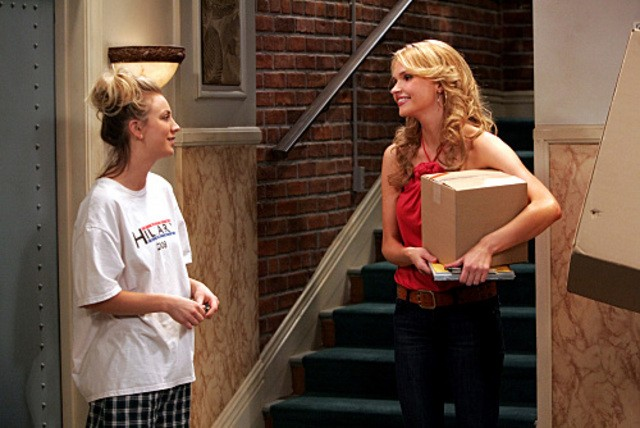Kaley Cuoco e Valerie Azlynn nell'episodio The Dead Hooker Juxtaposition di The Big Bang Theory