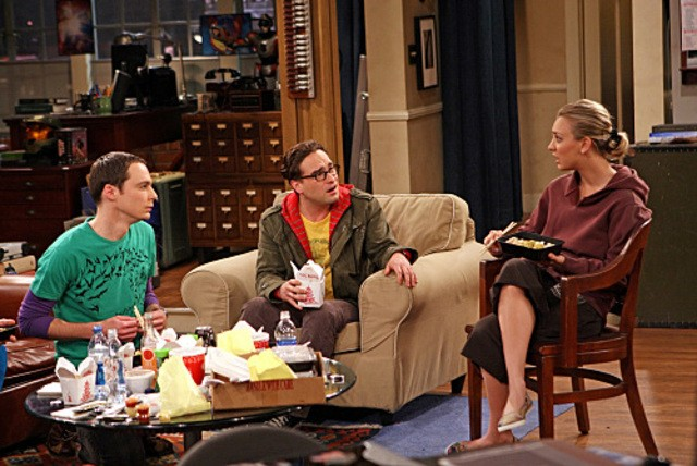 Kaley Cuoco, Johnny Galecki e Jim Parson nell'episodio The Dead Hooker Juxtaposition di The Big Bang Theory