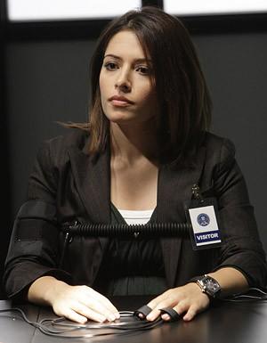 Sarah Shahi durante una scena dell'episodio 'Hit me Baby' della serie tv Life