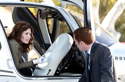 Sarah Shahi e Damian Lewis in una scena dell'episodio 'Re-Entry' della seconda stagione di Life