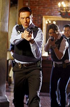 Sarah Shahi e Damien Lewis in una scena d'azione dell'episodio 'Canyon Flowers' della serie tv Life