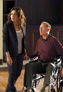 Sarah Shahi e Geoffrey Pierson, nel ruolo di Charlie Crews Senior, in una sequenza dell'episodio 'Trapdoor' della serie tv Life