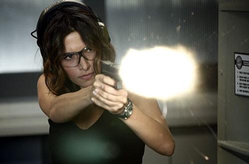 Sarah Shahi impegnata al poligono nell'episodio 'Badge Bunny' della serie tv Life