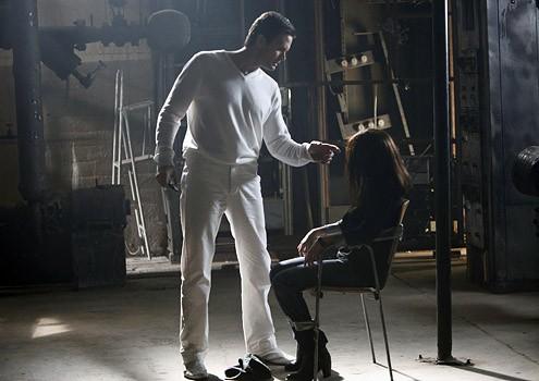 Sarah Shahi insieme a Garret Dillahunt in una scena dell'episodio ' One ' della seconda stagione della serie tv Life