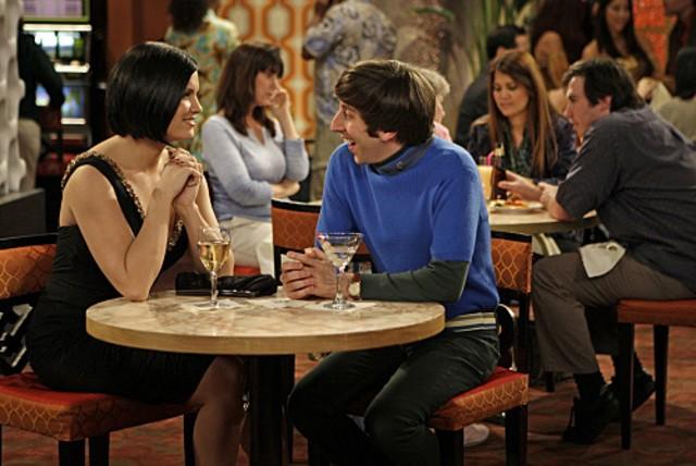Simon Helberg con la guest star Lyn O'Keefe in una scena dell'episodio The Vegas Renormalization di The Big Bang Theory