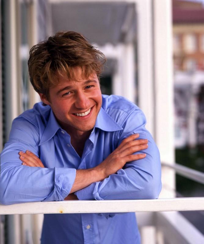 Un sorridente Benjamin McKenzie in camicia azzurra