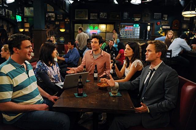 Una scena di gruppo dell'episodio Old King Clancy di How I Met Your Mother