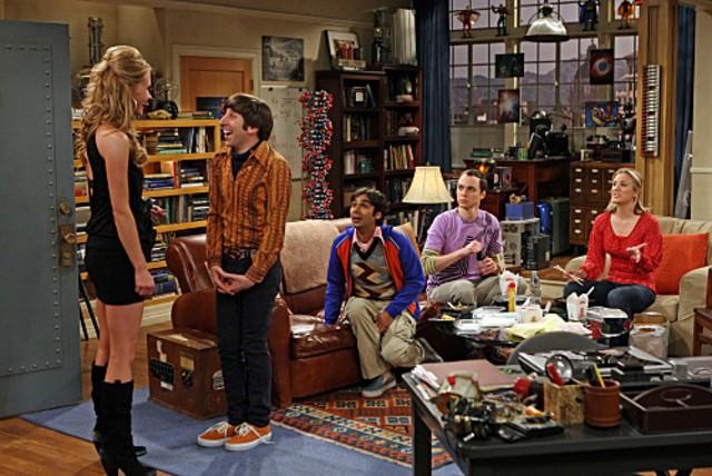 Valerie Azlynn con il cast di regular di The Big Bang Theory nell'episodio The Dead Hooker Juxtaposition