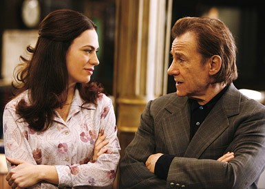 Harvey Keitel con Maggie Siff nell'episodio ' Home is Where You Hang Your Holster ' della serie tv Life on Mars