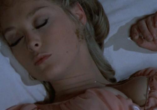 Jenny Hanley in una scena de Il marchio di Dracula