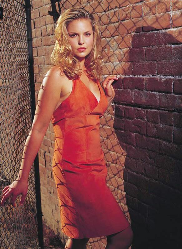 Katherine Heigl in rosso per la 2 stagione di 'Roswell'