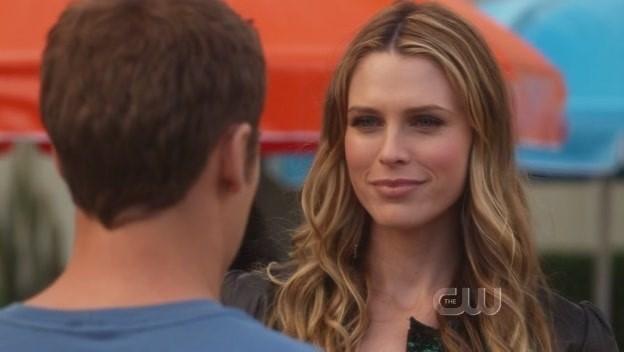 Sara Foster e Dustin Milligan (di spalle) nell'episodio The Dionysian Debacle di 90210