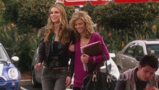 Sara Foster ed AnnaLynne McCord in una scena dell'episodio The Dionysian Debacle di 90210