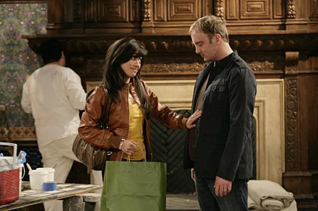 Aimee Garcia e Jay Mohr in una scena dell'episodio Gary and Dennis' Sister di Gary Unmarried