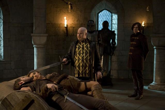 Alex Macqueen, Matt Lucas, Sean Maguire e India de Beaufort in una scena della serie Kröd Mändoon and the Flaming Sword of Fire
