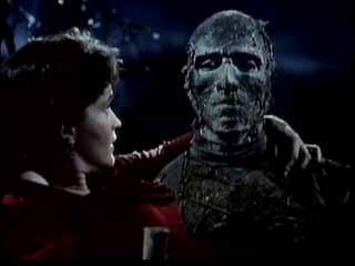 Christopher Lee e Yvonne Furneaux in una scena de La mummia