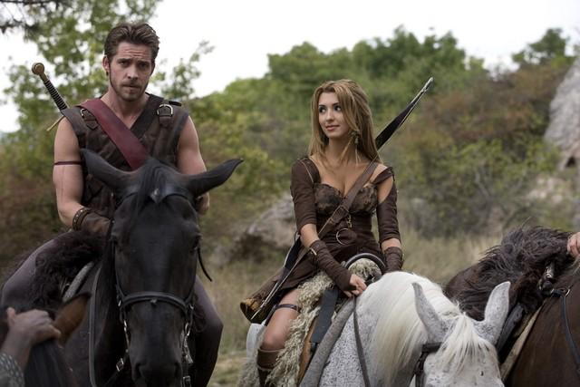 India de Beaufort e Sean Maguire a cavallo nella serie Kröd Mändoon and the Flaming Sword of Fire