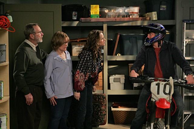 Jay Mohr, Jane Curtin, Paula Marshall e Martin Mull in una scena dell'episodio Gary Uses His Veto di Gary Unmarried