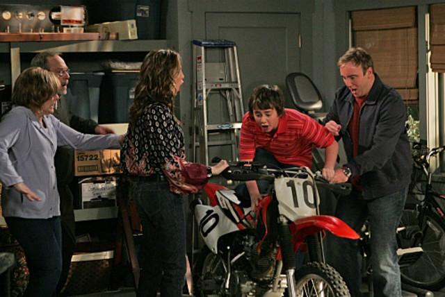 Jay Mohr, Ryan Malgarini, Paula Marshall e Martin Mull in una scena dell'episodio Gary Uses His Veto di Gary Unmarried