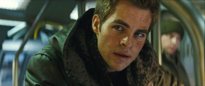 Chris Pine in una scena del film Star Trek (2009)