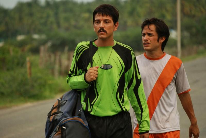 Diego Luna e Gael García Bernal in una scena del film Rudo y Cursi