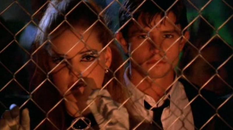 Katherine Heigl e Jason Behr sono Isabel e Max Evans nel primo episodio della serie Roswell