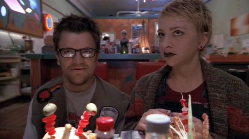 Kevin Weisman e Wendle Josepher interpretano due turisti nel primo episodio del telefilm Roswell
