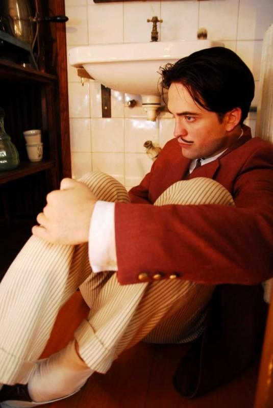 Matthew McNulty interpreta Luis Buñuel nel film Little Ashes