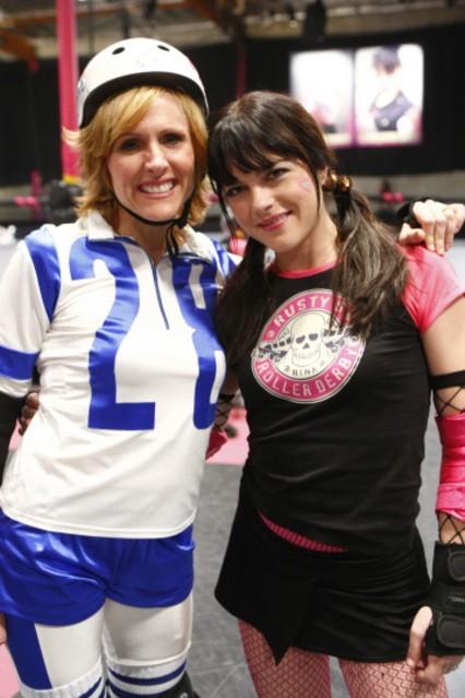 Molly Shannon e Selma Blair nell'episodio Competition di Kath and Kim