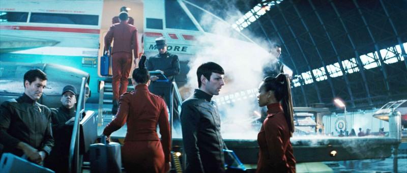 Zachary Quinto e Zoe Saldana in una scena del film Star Trek