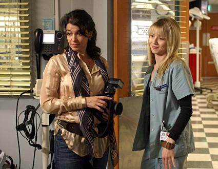 Annabella Sciorra insieme a Linda Cardellini nell'episodio 'Paternità - 2' della serie tv ER - Medici in prima linea