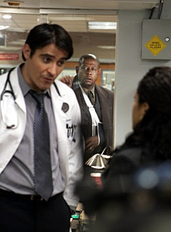 Forest Whitaker con il collega Goran Visnjic nell'episodio 'Heart of the Matter' della serie tv ER - Medici in prima linea