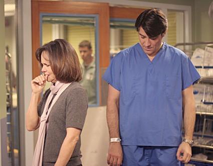 Goran Visnjic insieme a Sally Field nel ruolo di Maggie, nell'episodio 'Graduation Day' della serie tv ER - Medici in prima linea