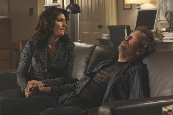 Hugh Laurie e Lisa Edelstein in una scena tratta da Under My Skin di Dr. House: Medical Division