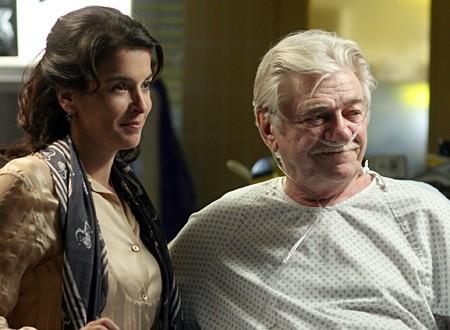 Annabella Sciorra insieme a Seymour Cassel nell'episodio 'Paternità - 2' della serie tv ER - Medici in prima linea