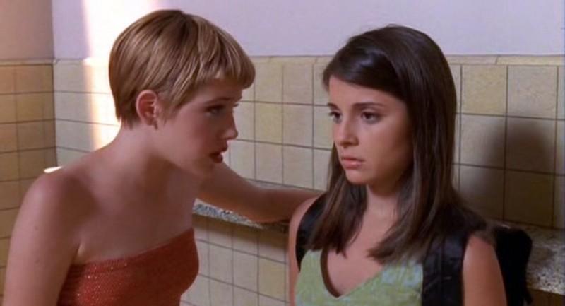 Maria (Majandra Delfino) parla a Liz (Shiri Appleby) in una scena dell'episodio 'Segreti' di Roswell