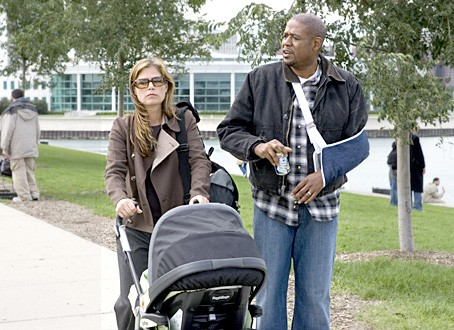 Maura Tierney e Forest Whitaker in una scena dell'episodio 'Demoni e angeli - 1' della serie tv ER - Medici in prima linea