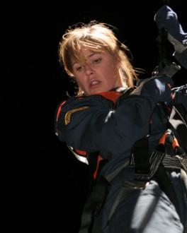 Maura Tierney in una posizione pericolosa durante l'episodio ' Scoop and Run' della serie tv Er - Medici in prima linea