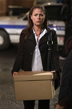 Maura Tierney lascia il pronto soccorso del County Hospital nell'episodio 'The Book of Abby' della serie tv ER - Medici in prima linea