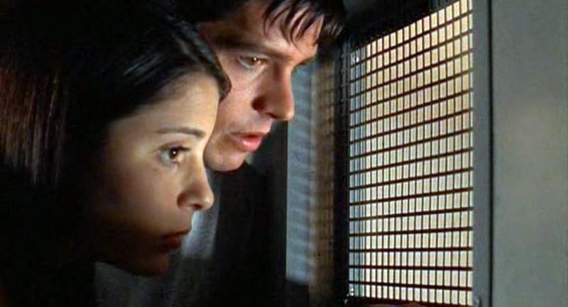 Max (Jason Behr) e Liz (Shiri Appleby) in una scena dell'episodio 'Segreti' di Roswell