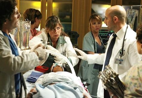 Stanley Tucci, Maura Tierney e Linda Cardellini nella premiere della quattordicesima stagione di ER , dal titolo: La Guerra arriva in casa