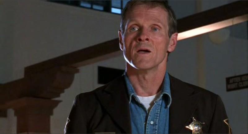 William Sadler è lo sceriffo Jim Valenti in una scena dell'episodio 'Segreti' di Roswell