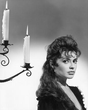 Yvonne Monlaur è Marianne Danielle in una immagine pubblicitaria di Le spose di Dracula