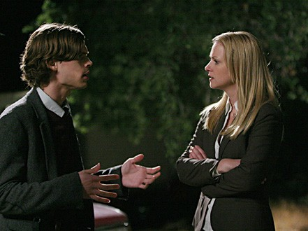 A.J. Cook e Matthew Gray Gubler in una scena dell'episodio 'Raphael - prima parte' della serie tv Criminal Minds