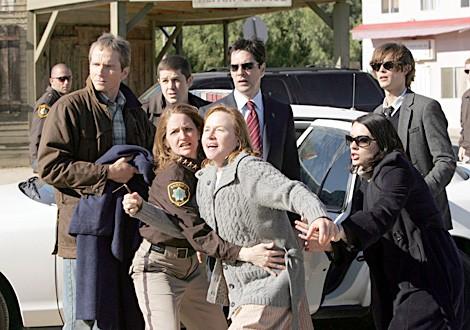 James Horan, JK Palmer, Melissa Leo, Amy Madigan, Thomas Gibson, Paget Brewster e Matthew Gray Gubler nell'episodio ' No Way Out ' di Criminal Minds