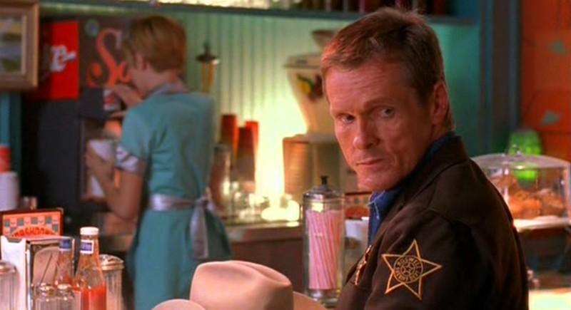 Jim Valenti al Crashdown Cafe nell'episodio 'Il bivio' della serie Roswell
