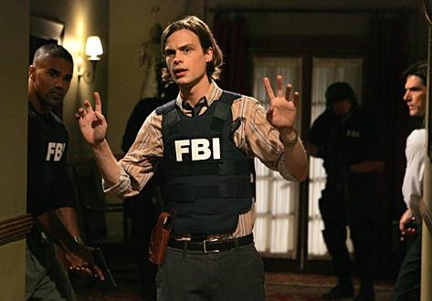 Matthew Gray Gubler e alle sue spalle Shemar Moor e sulla destra Thomas Gibson nell' episodio di Criminal Minds dal titolo 'Il Re dei pescatori - seconda parte'