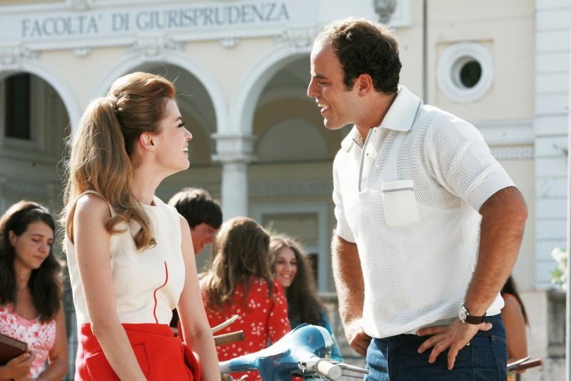 Nathalie Rapti Gomez e Giuseppe Sanfelice in una scena della serie TV Piper