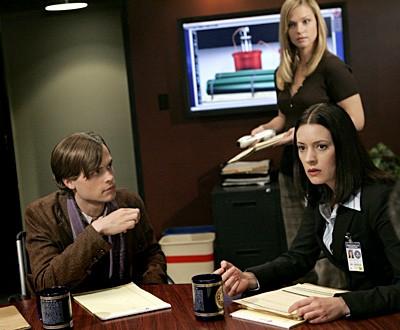 Paget Brewster con A.J. Cook e Matthew Gray Gubler in una scena dell'episodio ' L'ora della preghiera ' della serie tv Criminal Minds