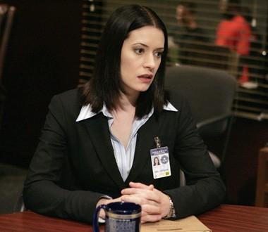 Paget Brewster in una scena dell'episodio ' L'ora della preghiera ' della serie tv Criminal Minds